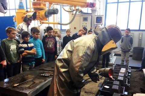 Die Grundschüler bestaunen in der Universität, wie Aluminiumschmelze den Formhohlraum ausfüllt und so Gussteile geschaffen werden. Foto: Institut