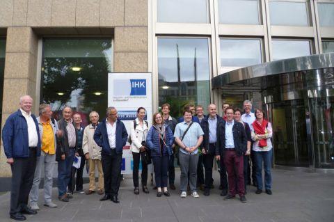 Clausthaler Alumni vor der Düsseldorfer Börse. Foto: ALM