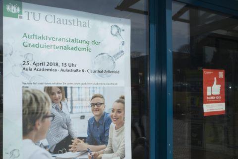 Plakate weisen an verschiedenen Orten der TU Clausthal auf die Veranstaltung hin. Foto: Ernst