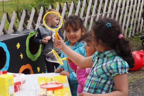 Wer schafft die größte Seifenblase? Foto: Annika Budde