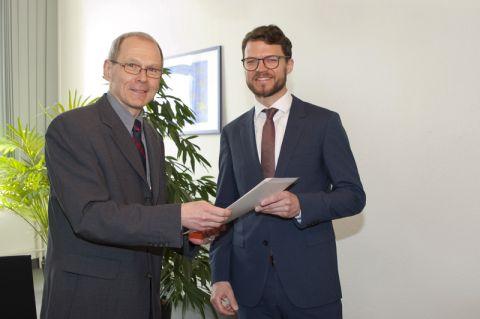 Dr. Gregor Wehinger (rechts) erhält die Ernennungsurkunde zum Juniorprofessor von Dr. Georg Frischmann, dem hauptberuflichen Vizepräsidenten der TU Clausthal. Foto: Ernst