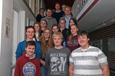 Frühstudierende begrüßt: Vor der ersten Informatik-Vorlesung haben sich die Schüler des Ratsgymnasiums Goslar zusammen mit den Verantwortlichen für ein Gruppenfoto aufgestellt. Foto: Hoffmann
