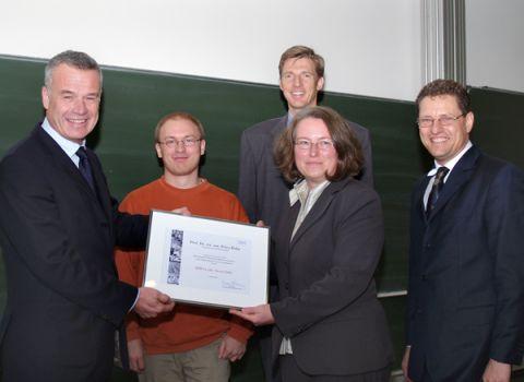 Ausgezeichnete Servereffizienz: Prof. Dr. Petra Huhn (3.v.l.) und Björn Görder (2.v.l.) nahmen den IBM Faculty Award von IBM-Mitarbeiter Erwin Jung in Empfang.