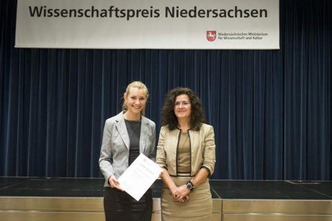 Joanna Hirschberg (l.) erhielt den Preis aus den Händen von Niedersachsens Wissenschaftsministerin Gabriele Heinen-Kljajic. Foto: MWK