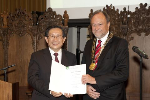 Chinas Forschungsminister Wan Gang (links) erhält die Urkunde von Universitätspräsident Professor Thomas Hanschke. Foto: Ernst