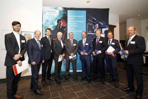 EFZN-Vorstand Professor Michael Breitner (4. von rechts) mit Teilnehmern des Plenums. Foto: Epping, GZ