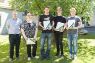Zeugnisse erhalten (von links): Morten Wendt, Birgit Beyer, Justus Hardtke, Kevin Heberle und Lucien Steinbeißer. Foto: Melanie Bruchmann