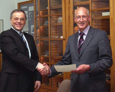 Peter Weiß (re.) empfing am 9. Februar die Gratulationen von Präsident Edmnund Brandt zu seinem 25jährigen Dienstjubiläum