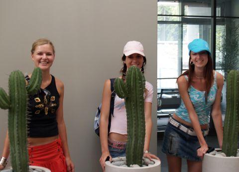 Drei Teilnehmerinnen des internationalen Jugendcamps hinter den Wahrzeichen der Firma Sympatec.