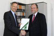 Christian Rembe (links) nimmt von TU-Präsident Professor Thomas Hanschke die Ernennungsurkunde zum Universitätsprofessor entgegen. Foto: Ernst