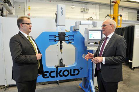 Vor der neuen Fügemaschine tauschen sich Professor Volker Wesling (links) vom Clausthaler Zentrum für Materialtechnik und Dr. Rainer Beyer, Geschäftsführer bei Eckold, über gemeinsame Forschungsaktivitäten aus. Foto: Ernst