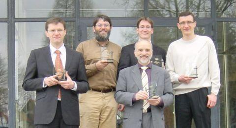 Alle Preisträger vor dem Institut für Metallurgie: Diplom-Ingenieur Djordje Mirkovic, Dr. Joachim Gröbner, Professor Rainer Schmid-Fetzer, Dr. Andreas Janz und Dr. Artem Kozlov (v.l.).