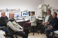 Arbeiten mit der neuen Mikrosonde (von links): Professor Kurt Mengel, Dr. Thomas Schirmer, Dietlind Nordhausen, Klaus Herrmann und Daniel Espinosa (Cameca). Foto: Ernst