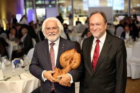 Dr. Stephan Röthele (links) bekam vom Laudator, Clausthals Universitätspräsident Professor Thomas Hanschke, in Braunschweig den Unternehmerpreis 38 überreicht. In der Region 38 zwischen Harz und Heide leben rund 1,24 Millionen Einwohner.  Foto: Sierigk