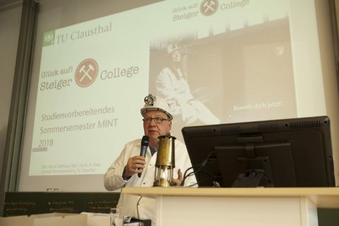 Bergbau-Experte Professor Oliver Langefeld erklärte den Gästen der Auftaktveranstaltung die Bedeutung des Steigers. Foto: Ernst