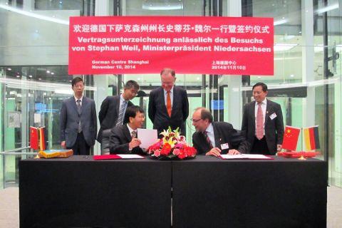 Im Beisein von Ministerpräsident Stephan Weil unterschreiben die Universitätspräsidenten Professor Thomas Hanschke (TU Clausthal) und Professor Xuhong Qian (East China University of Science and Technology) eine Kooperationsvereinbarung.