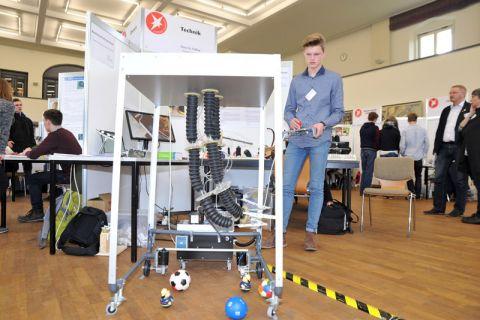 Mauritz Fethke aus Stade, einer von acht Landessiegern, konstruierte in vierjähriger Arbeit einen bionischen Elefantenrüssel. Der Roboter könnte Menschen mit Behinderung helfen oder in der Produktion eingesetzt werden. Foto: Ernst