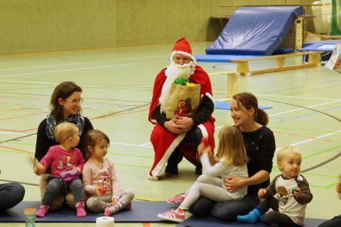 Bei den Kleinen kam der Weihnachtsmann ganz groß an. Foto: Lena Hoffmann