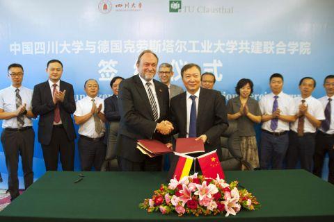 Die Universitätspräsidenten Professor Thomas Hanschke (TU Clausthal) und Professor Li Yanrong (Sichuan University) haben die Verträge für das Chinesisch-Deutsche Internationale Hochschulkolleg (CDIHK) unterschrieben. Foto: Ernst